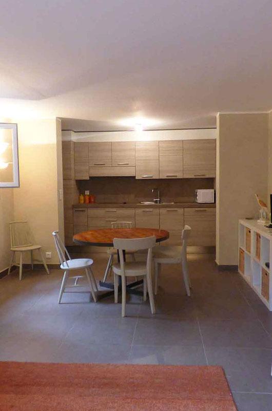 Appartement rénové proche du centre de Centuri avec une terrasse exposée est et une chambre