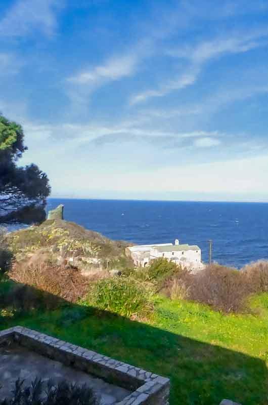 Au-dessus de la Marine, appartement T4 au 1er étage d'une maison avec vue mer et jardin