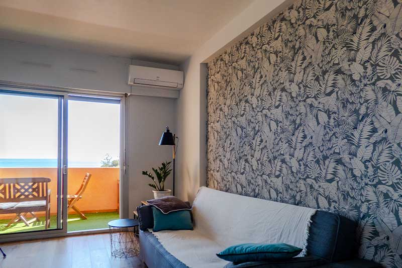 Renovated and air conditioned apartment with sea view and terrace just 2 minutes walk from the beach