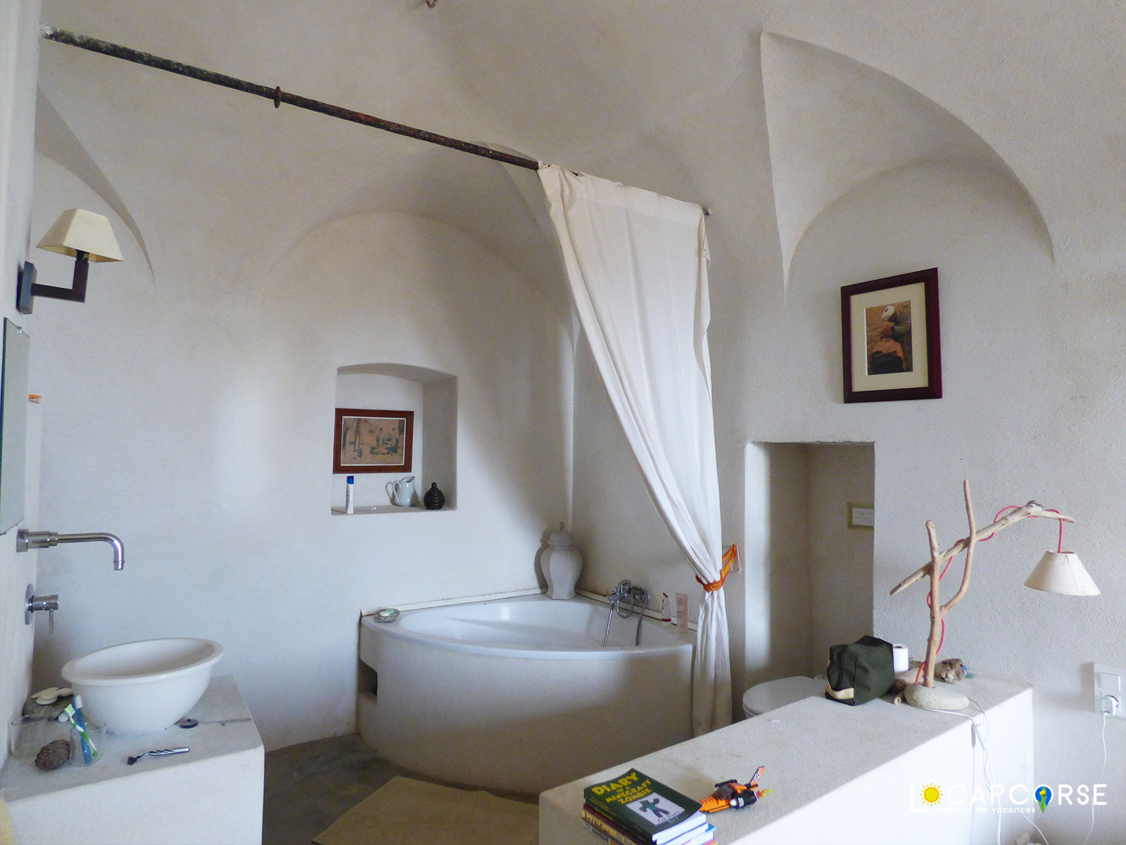 Locations Cap Corse - The bathroom with corner bath in room with alcove