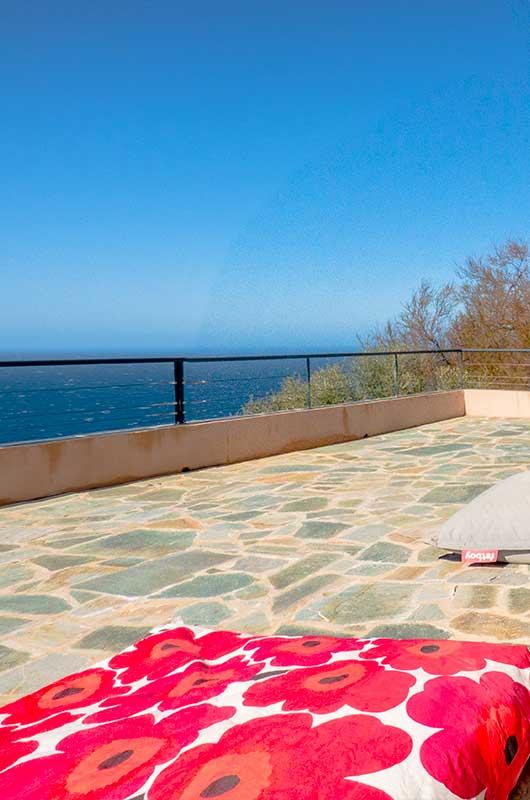 Au hameau de Cannelle, logement dépendant avec grande terrasse et vue mer