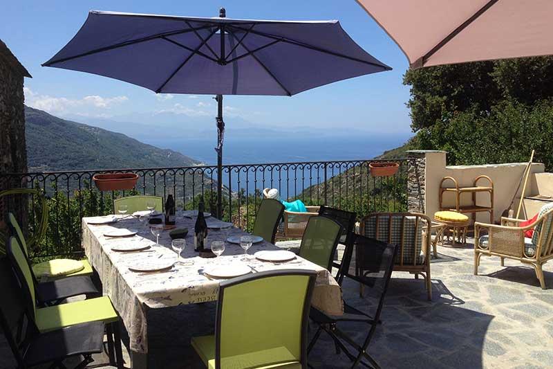 Tra mare e montagna, casa confortevole con splendida vista, terrazze e giardino