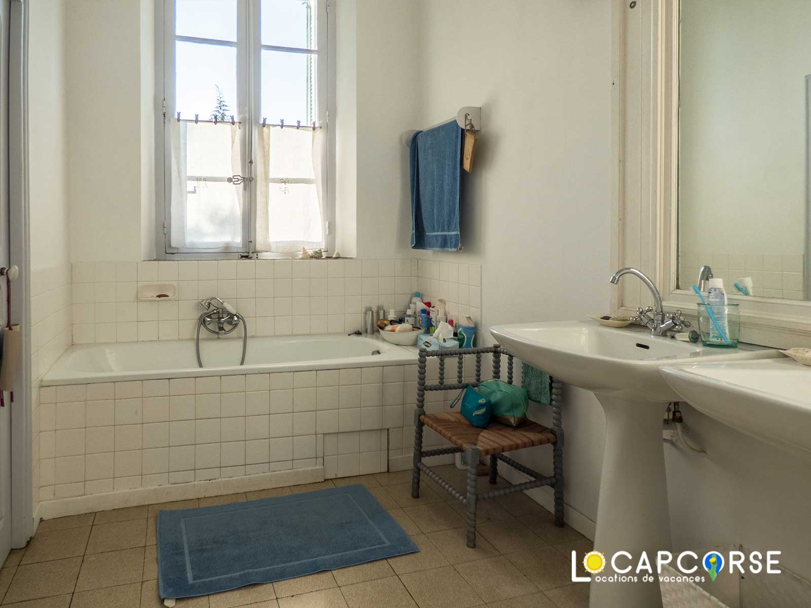 Locations Cap Corse - the bathroom is also very bright with a view of the garden