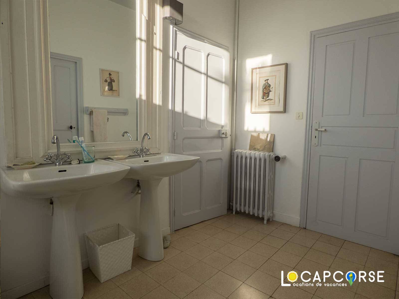 Locations Cap Corse - the bathroom with doors giving access to bedroom 2 and corridor