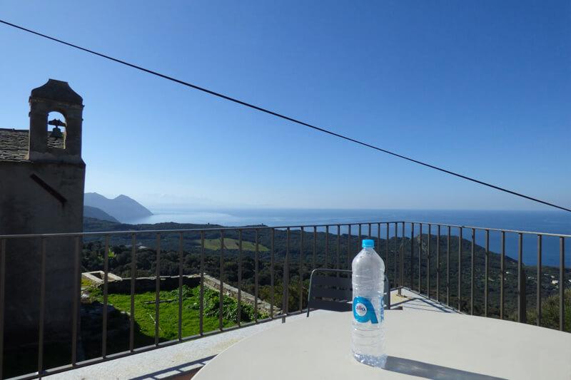 A Centuri, in una tipica frazione di Cap Corse, casa tranquilla, ristrutturata, confortevole, con terrazzi e bellissima vista mare