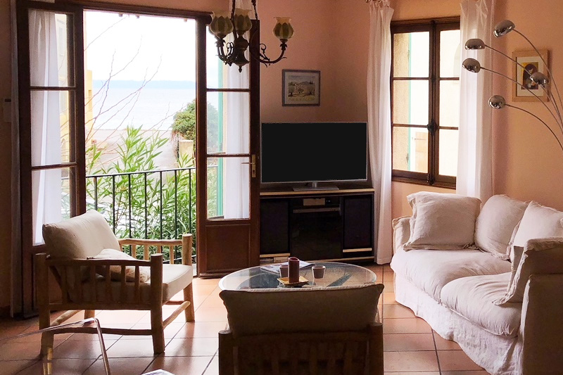 House ideally located 2 minutes walk from the port and shops, with sea view in the background