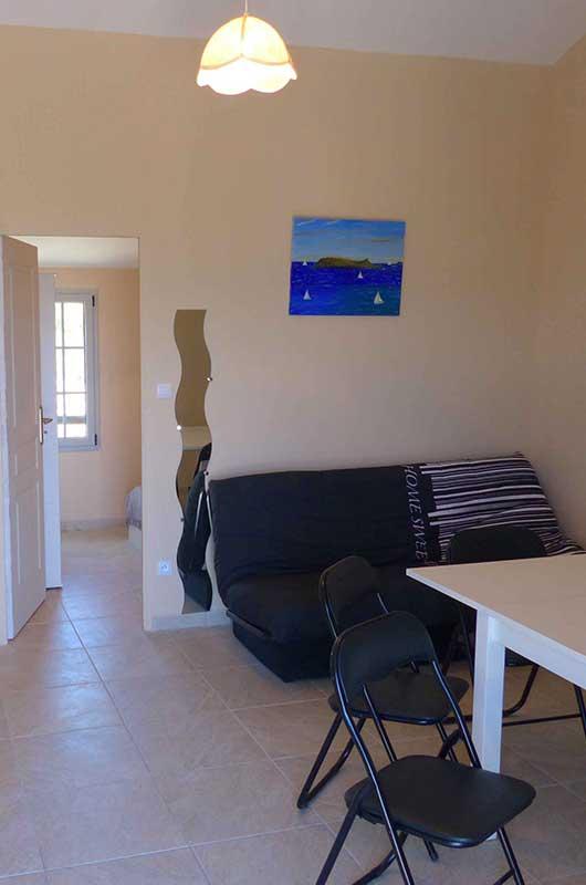 Appartement n°2 au rez-de-chaussée d'une maison en pierre à quelques mètres de la mer et de la plage