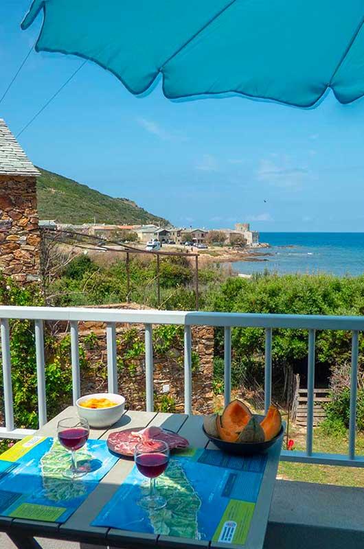 Appartement dans un hameau calme avec une grande terrasse et une vue mer