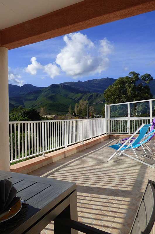 Villa climatisée, avec grande terrasse et vue panoramique sur les montagnes, pour 6 personnes